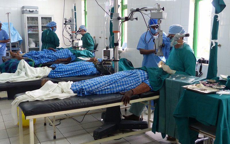 El Dr. David Chang operando en Etiopia.