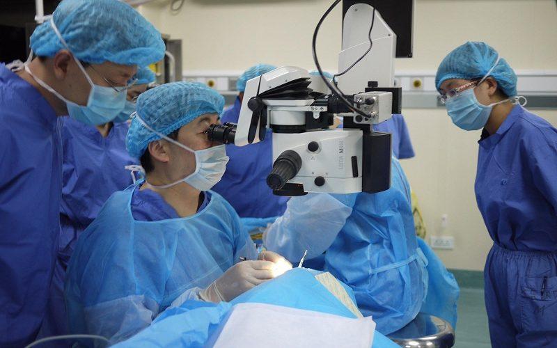 El Dr. Chang enseñando mediante cirugía en vivo en Kunming, China.